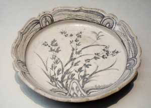 Shallow_Bowl,_Mino_ware,_Shino_type,_Azuchi-Momoyama_to_Edo_period,_16th-17th_century,_bush_clover_design_-_Tokyo_National_Museum_-_DSC05857[1]