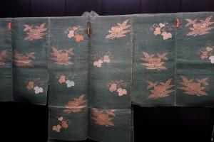 Choken_Coat_(Noh_costume),_Edo_period,_18th_century,_chestnut_sprays_and_ivy_design_on_green_ground_-_Tokyo_National_Museum_-_DSC06177[1]